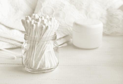 produtos para limpeza das dobras do pug: algodão e cotonete