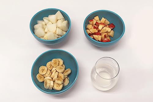 Tigelas com melão, maçã, banana e água de coco