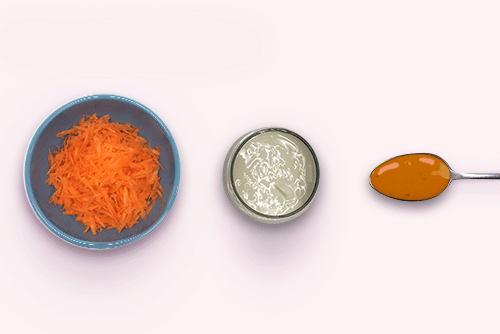 Tigelas com cenoura ralada, mel e iogurte